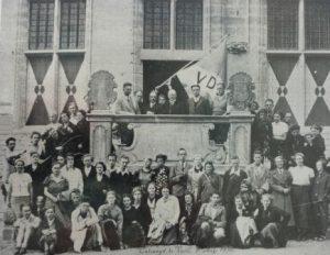 Bijeenkomst van de Vrijzinnig Democraten in Veere op 6-8-1936. Georges Spalter staat helemaal links achteraan. Collectie J.A. Spalter.
