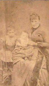 Moeder Mietje met Abraham en Mozes. Joods Historisch Museum F007704.