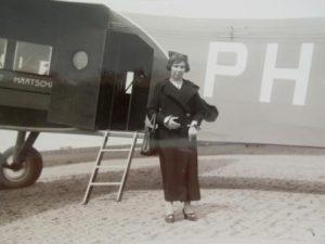 Laura Labzowski-Heuman op vliegveld Waalhaven 1936. Collectie mevr. C.S. Zilverberg-Labzowski.