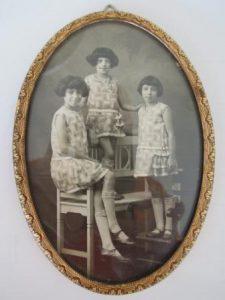 . De drie zusjes Labzowski. Collectie mevr. C.S. Zilverberg-Labzowski.