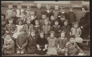 De klas van Betsy circa 1927. Betsy is het meisje rechts van het midden met het matrozenkraagje. Joods Historisch Museum F009650.