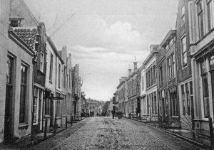 Lange Nobelstraat, Zierikzee. Rechts het huis met de stoephekken waar Wilhelmina en Mozes woonden. Foto: Beeldbank Zierikzee.