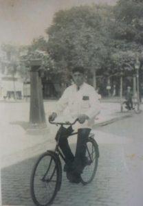 Izaak Wilkens fietsend op de Oude Haven in Zierikzee ca 1935. Collectie A.M. Wilkens.